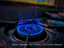 Djupblå flammor av en ugn royaltyfria foton