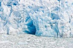 Djupblå grotta i en glaciär i Chile arkivbild