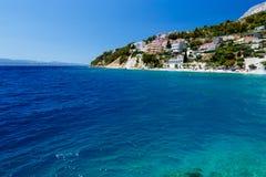 Djupblå hav och härlig strand Arkivbild