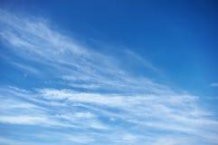 Djupblå himmel fördunklar på den soliga dagen Fotografering för Bildbyråer