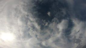 Djupblå himmel till och med ljust skott för himmel för molnräkning lager videofilmer