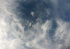 Djupblå himmel till och med ljust skott för himmel för molnräkning arkivfoton