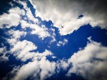 Djupblå himmel, vaniljmoln, vita moln, abstraktion arkivbild