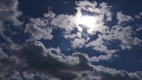 Djupblå och molnig himmel lager videofilmer