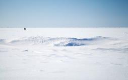 Djupblå sky och snow på djupfryst Östersjön arkivfoton