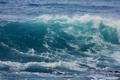 Djupblå våg i havet royaltyfria foton