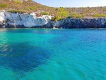 Djupblått hav och ö Arkivbild