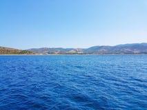 Djupblått hav och ö Arkivbilder