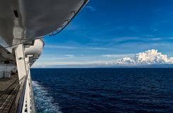 Djupblått hav och himmel från ett kryssningskepp arkivbilder