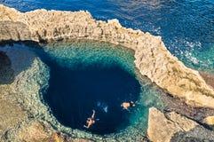 Djupblått hål på världen berömda Azure Window i Gozo Malta Royaltyfria Foton