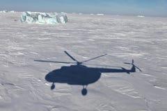 Djupfryst arktiskt hav- och helikopterskugga Arkivbild