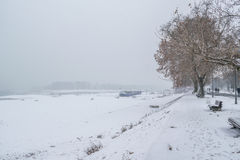 Djupfryst bana i parkera vid floden Arkivfoto