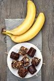 Djupfryst banan och nya frukter Arkivfoton