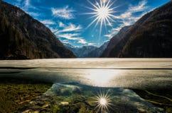 Djupfryst berg lake royaltyfria foton