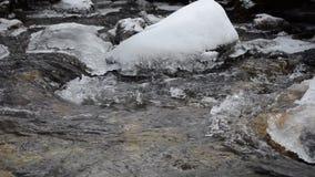 Djupfryst bergflodström i den nordliga Norge vildmarken arkivfilmer