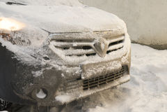 Djupfryst bil efter vintertur på snöfallet arkivbild