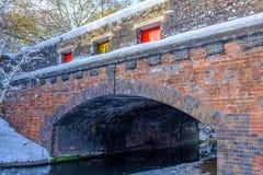 Djupfryst Birmingham kanal och tegelstenbro Royaltyfri Foto