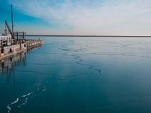 Djupfryst blå sjö med skeppsdockan Royaltyfri Foto