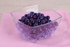 Djupfryst blåbär i en glass bunke Arkivfoto