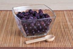 Djupfryst blåbär i en glass bunke Royaltyfri Foto