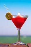 Djupfryst coctail för jordgubbeDaiquiri på träpir Begrepp Arkivbild