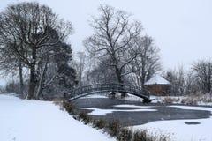 Djupfryst damm i snön Fotografering för Bildbyråer