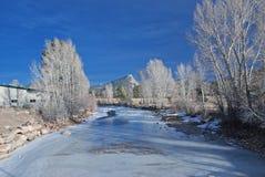 Djupfryst flod i den Estes parken Arkivfoto