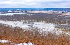 Djupfryst flod i vinter från dess bluffar royaltyfri bild
