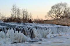 Djupfryst flod - is och snö på dammbyggnaden Fotografering för Bildbyråer