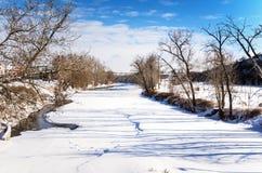 Djupfryst flod på en klar vintermorgon Royaltyfri Bild