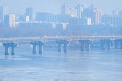 djupfryst flod Två parallella broar kiev ukraine Snöig flodlandskap för vinter från Kiev ukraine Arkivbild