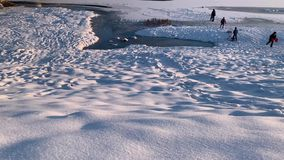 Djupfryst flodcovere vid snön skjuten solnedgångtid för exponering long Vinter arkivfilmer