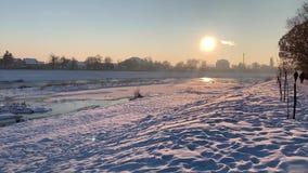 Djupfryst flodcovere vid snön skjuten solnedgångtid för exponering long Vinter stock video
