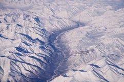 Djupfryst flodspring till och med is och insnöade Alaska Arkivfoton