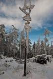 Djupfryst fotvandra skuggar guideposten på den Malinowska Skala kullen Arkivbild