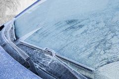 Djupfryst främre vindruta av bilen Arkivbild
