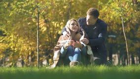 Djupfryst fru för manlig beläggning, i pläd och att kyssa, mjukt förhållande, omsorg lager videofilmer