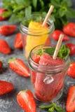 Djupfryst fruktis med jordgubbar Arkivfoton
