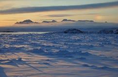 djupfryst greenland över havssolnedgång Arkivbilder