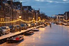 Djupfryst holländsk kanal royaltyfria foton