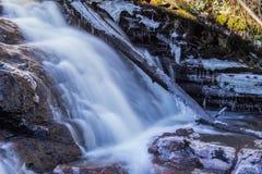 Djupfryst inloggning en vattenfall Royaltyfri Bild