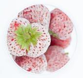 Djupfryst jordgubbar i exponeringsglas Royaltyfri Bild