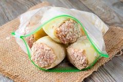 Djupfryst mat Djupfrysta välfyllda peppar i en plastpåse Arkivbild