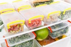 Djupfryst mat i kylskåpet Grönsaker på fryshyllorna Royaltyfri Foto