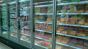 Djupfryst mat som säljer på supermarket Arkivfoto