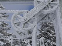Djupfryst metallhjul som täckas i is och snö Royaltyfri Foto