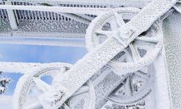 Djupfryst metallhjul som täckas i is och snö Royaltyfria Bilder