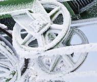 Djupfryst metallhjul som täckas i is och snö Royaltyfri Bild