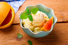 Djupfryst orange yoghurt Arkivfoto