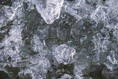 djupfryst is på floden arkivbild